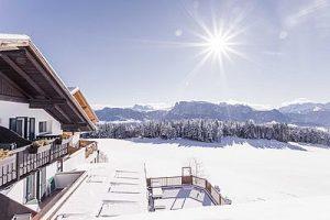 bergblick_im_winter_bei_sonnenschein_hotel_tann