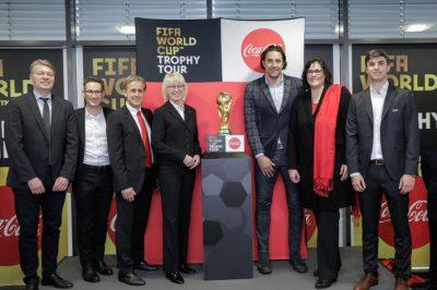Coca Cola bringt den FIFA Pokal nach Deutschland