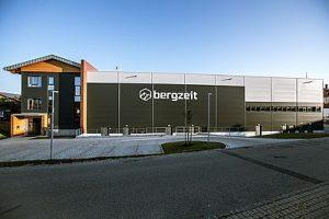 Bergzeit_Zentrale_Otterfing_Gebäude_Haupteingang_credit_Bergzeit