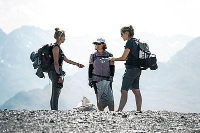 Clean Mont Blanc - Dolomite X Summit Foundation X Aqualti - freiwillige Helfer beim Müll einsammeln auf dem Mont Blanc